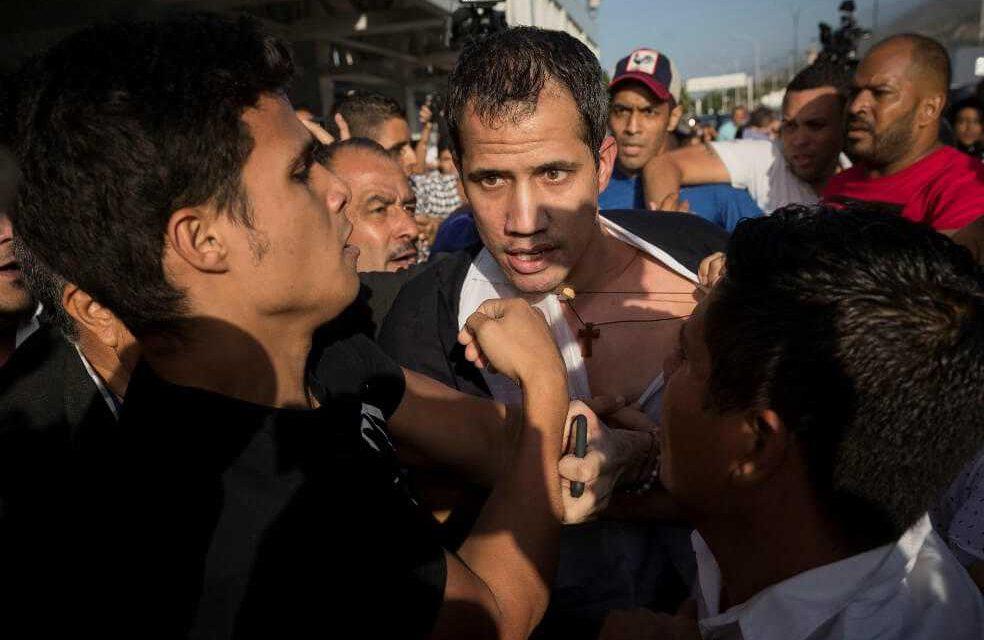Guaidó es recibido con una paliza y abucheos de oficialistas al aterrizar en Caracas