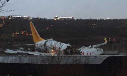 Un avión se sale de pista en Estambul al aterrizar y se parte en tres