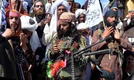 Nueva ofensiva de los talibán pone en peligro diálogo en Afganistán
