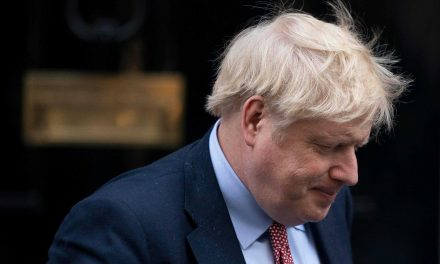 Primer ministro de Reino Unido es ingresado a cuidados intensivos por COVID-19