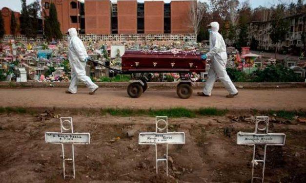 Sepultureros abrumados por tanta muerte en Chile