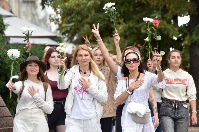 Ropa blanca, flores y un himno rock: los símbolos de los manifestantes bielorrusos