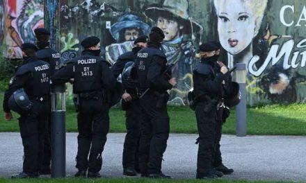 Suspenden a policías alemanes por compartir montajes de refugiados en cámaras de gas