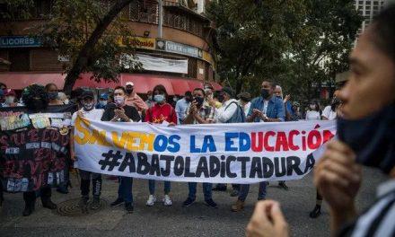 Maestros protestan en Venezuela contra el reinicio de clases
