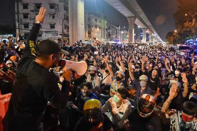 Activistas en Tailandia podrían enfrentar hasta 15 años de cárcel por cuestionar al rey
