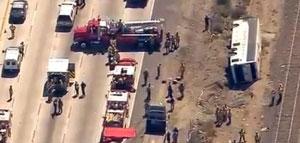 Autobús se vuelca en autopista de California