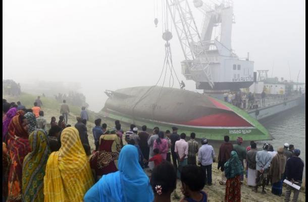 Naufragio de ferry en Bangladesh deja 69 muertos