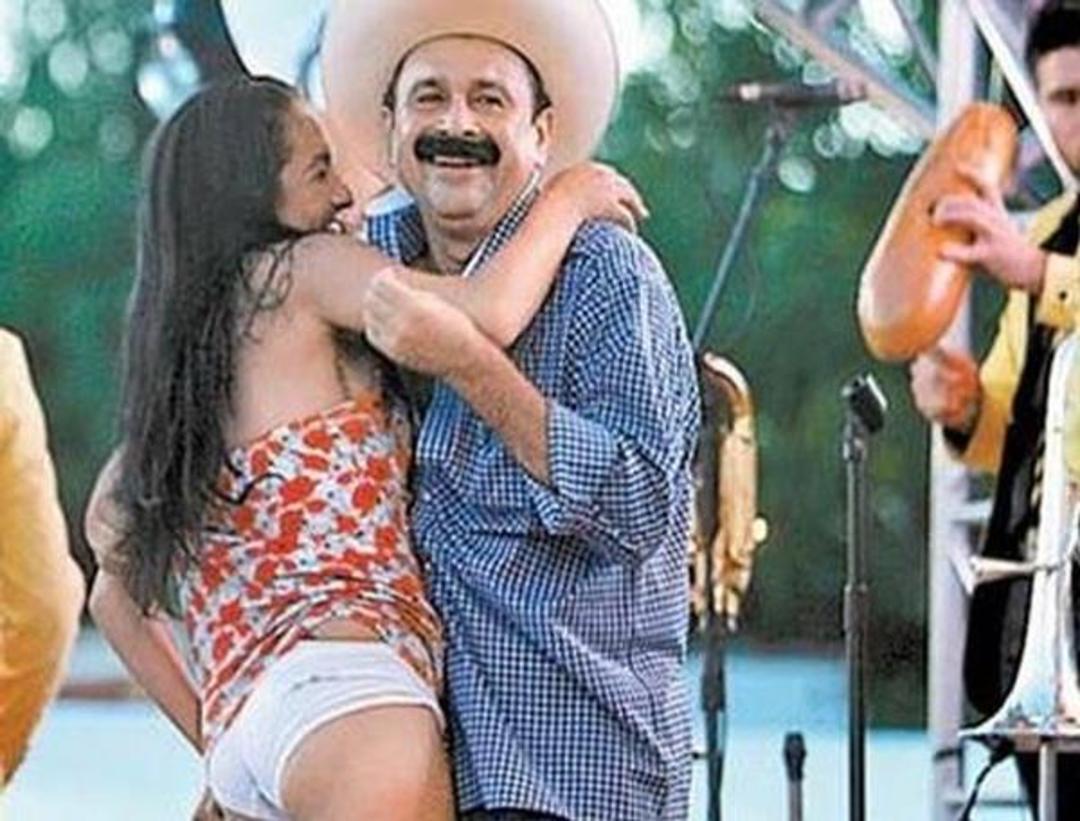 Alcalde mexicano le levanta el vestido a su pareja en pleno baile