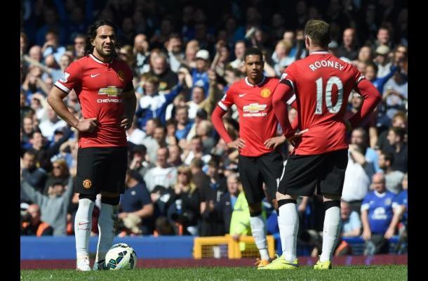 Manchester United pierde 3-0 ante Everton y se cae del podio