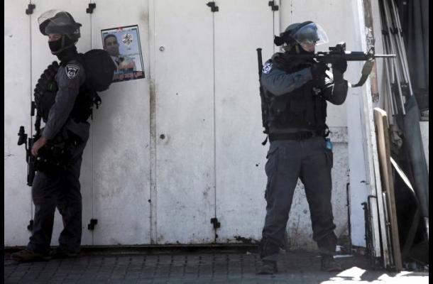 Policías israelíes matan a dos palestinos tras ser atacados