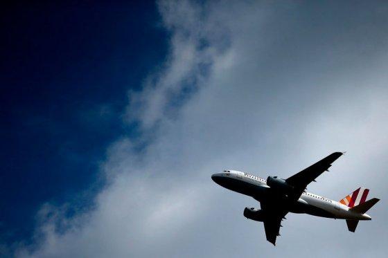 UE estudiará si refuerza medidas de control médico y de puertas de cabina de aviones