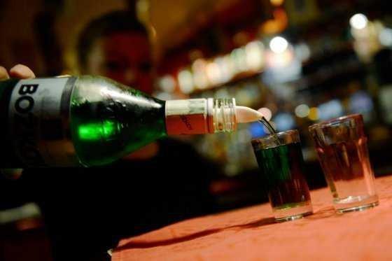 Sube a 74 el número de muertos por ingerir alcohol adulterado en India