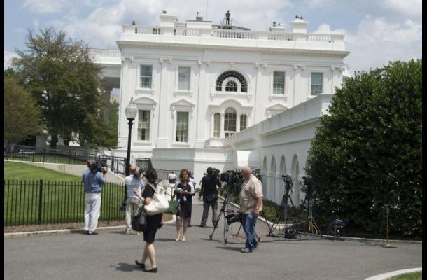 Desalojan sala de prensa de Casa Blanca por amenaza de bomba