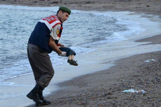 Estado Islámico utiliza imagen de niño ahogado que conmocionó al mundo como advertencia
