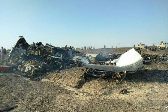 La hipótesis de que el avión ruso se despedazó en el aire es la más plausible