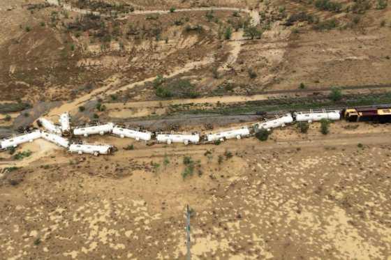 Alerta por probable fuga de ácido tras descarrilarse un tren en Australia