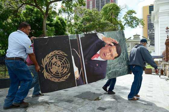 Oposición se disculpa por la forma en que retiró imágenes de Chávez y Bolívar del Parlamento