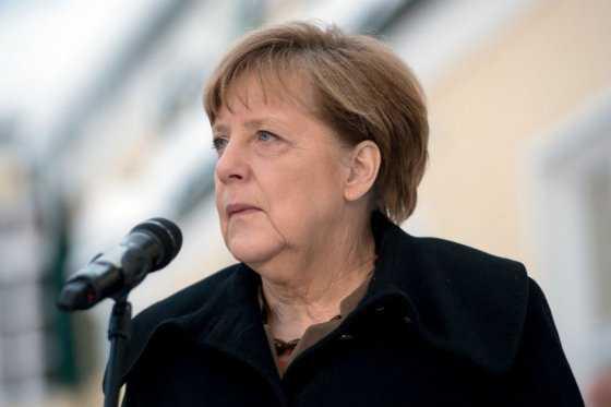 Merkel pide vigilar antisemitismo entre inmigrantes