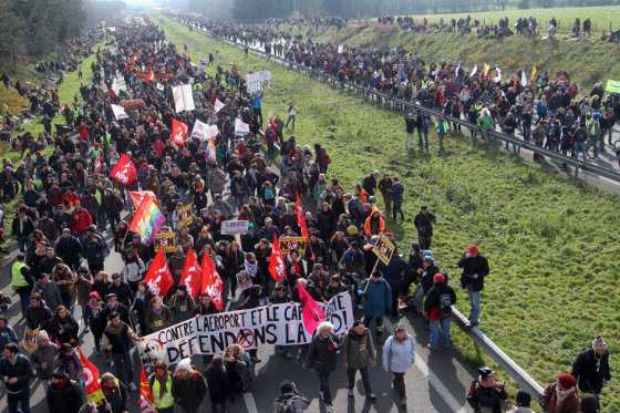 Más de 10.000 franceses protestan contra construcción de aeropuerto en zona ecológica