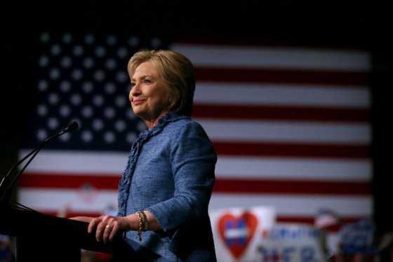 Clinton y Trump ganan en grande y se acercan a nominación presidencial en EE.UU.