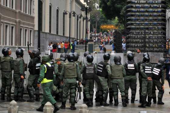 Choques entre chavistas y opositores venezolanos por referendo revocatorio