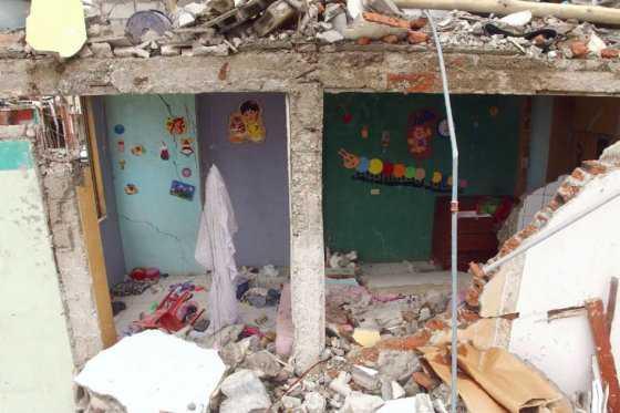 Rescatistas venezolanos hallan sobreviviente 13 días después del terremoto en Ecuador