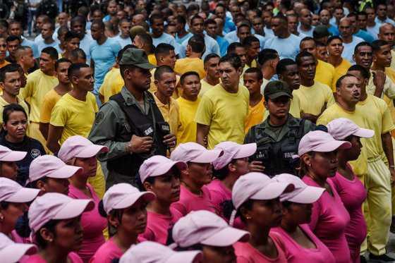 Gobierno venezolano saca presos a la calle a protestar contra revocatorio