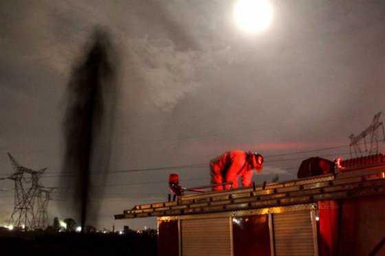 Toma ilegal de combustible en ducto de Pemex provoca fuga de 20 metros de altura