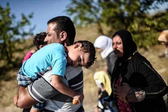 Unos 300 refugiados caminan hacia Hungría para intentar pasar a otros países