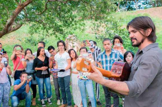 Juanes anuncia ganadores del concurso «Que la paz te toque»