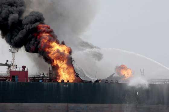 Buque de Pemex lleva 24 horas en llamas en el Golfo de México