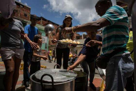 Venezolanos en Puerto Rico recolectan alimentos y medicamentos para su país