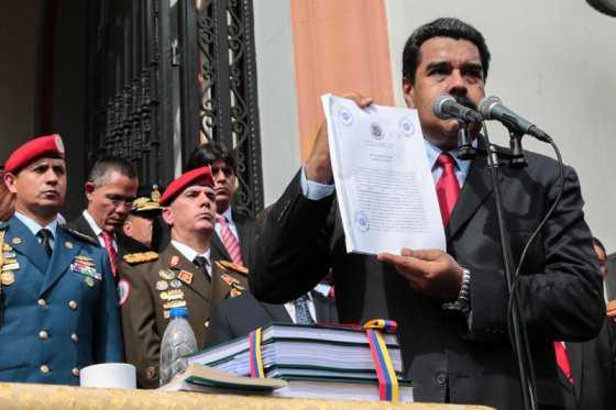 Maduro aprueba por decreto el presupuesto de 2017