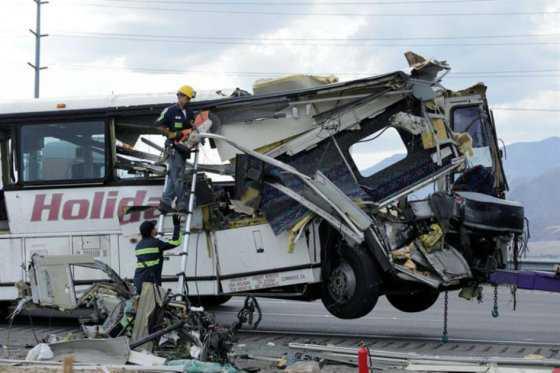 Al menos 13 muertos en accidente de bus con un camión en California