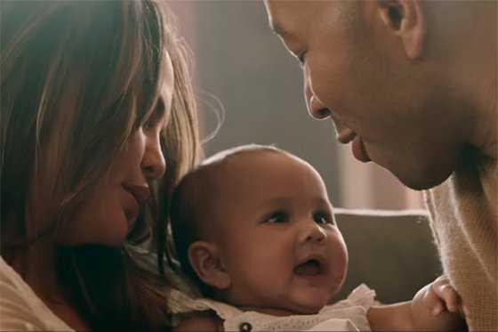 Bebita de John Legend protagoniza video «Love me now»