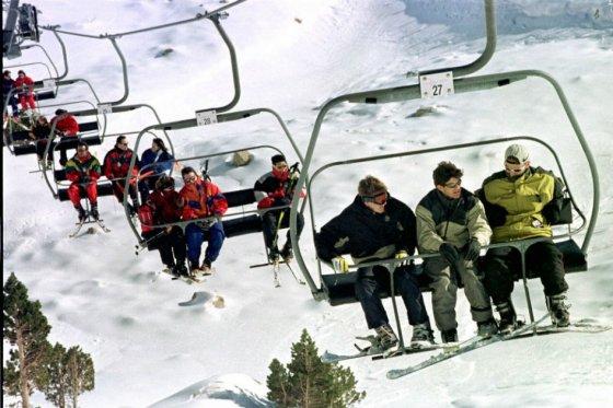Evacúan a 120 personas atrapadas en telecabinas de estación de Esquí en Cervinia (Italia)