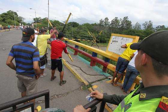 Venezolanos burlan seguridad de la Guardia Bolivariana y llegan a Cúcuta