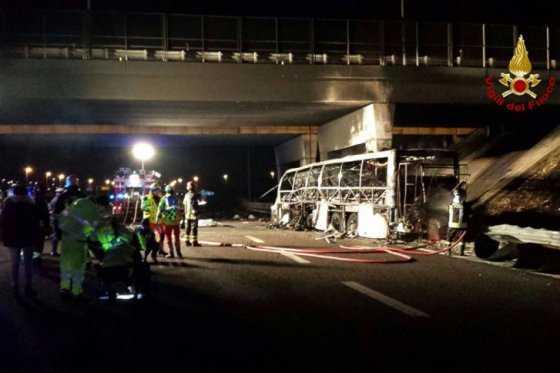 Profesor que salvó vidas de sus estudiantes en accidente de bus en Italia perdió a sus hijos