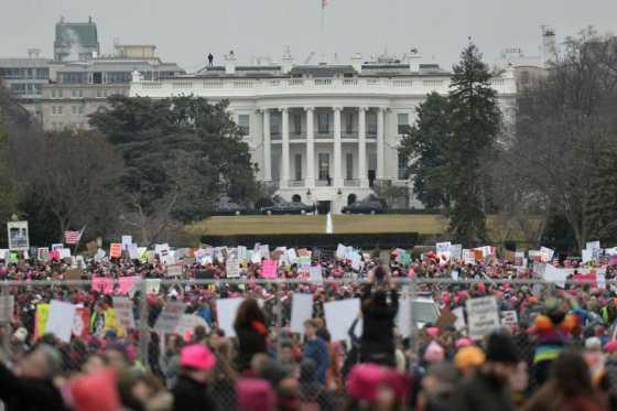 «¿Por qué esas personas no votaron?»: Trump responde a masivas marchas en su contra