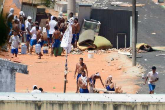 Encuentran tres túneles en cárcel brasileña, donde cientos de presos están amotinados