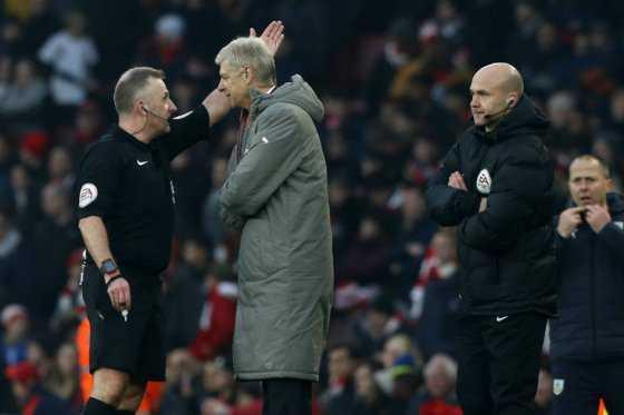 Arsene Wenger se disculpa por empujar al cuarto árbitro