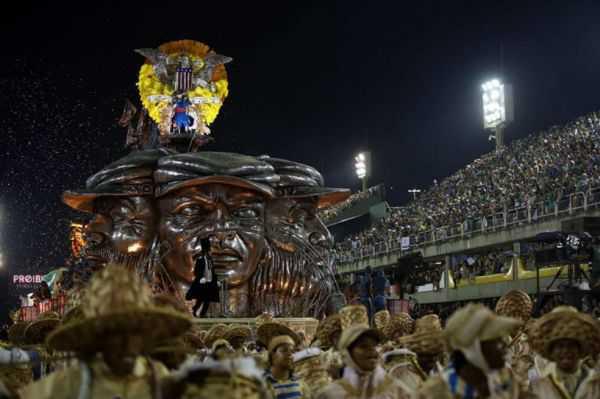 Otra tragedia en carnaval de Río: se desplomó pasarela de carroza con bailarines encima