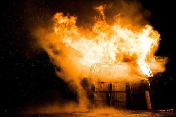 Hombre incendió casa en Argentina con su esposa e hijos al interior tras denuncia por violencia