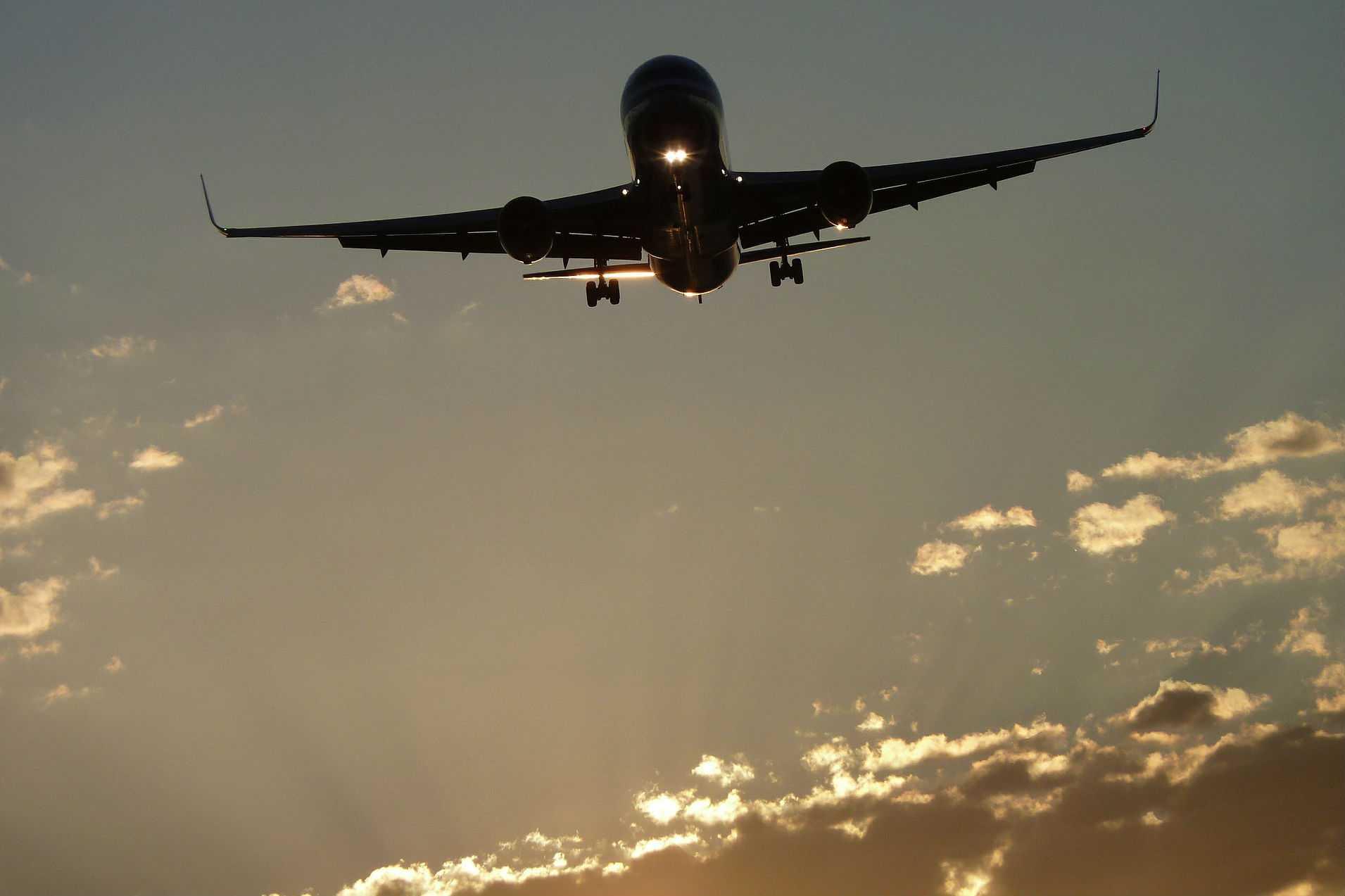 Cuatro grandes aerolíneas prometen reducir la sobreventa de pasajes