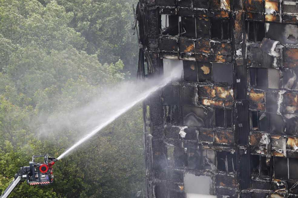 Aumentan a 30 los muertos por incendio en edificio de Londres