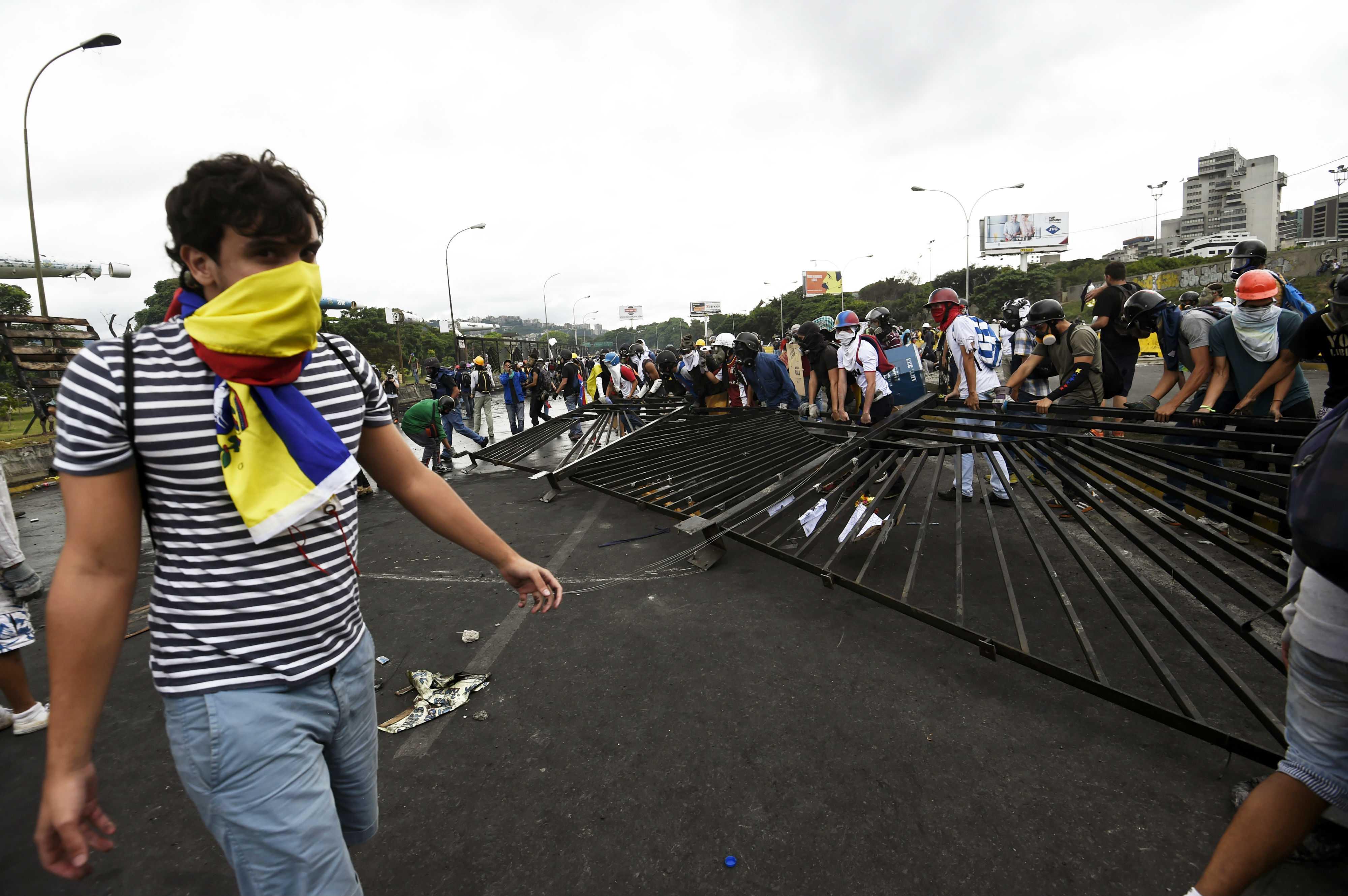 Dispersan protesta en Caracas tras ingreso de manifestantes a base militar