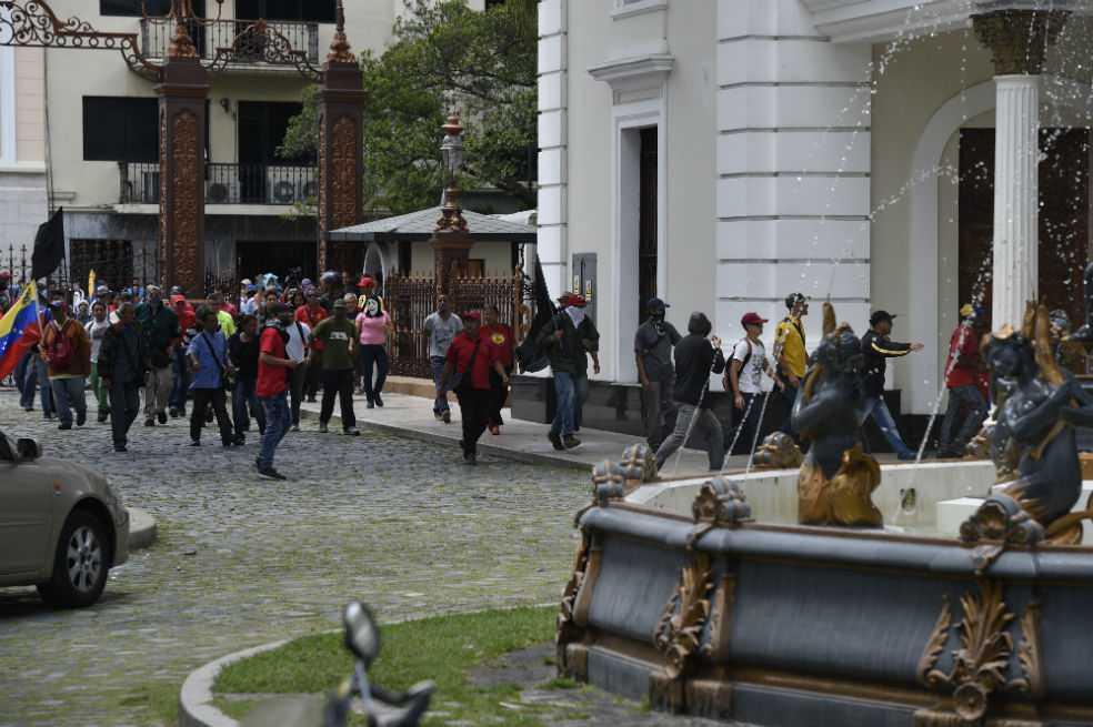 Grupos violentos irrumpen en Parlamento venezolano y agreden a diputados