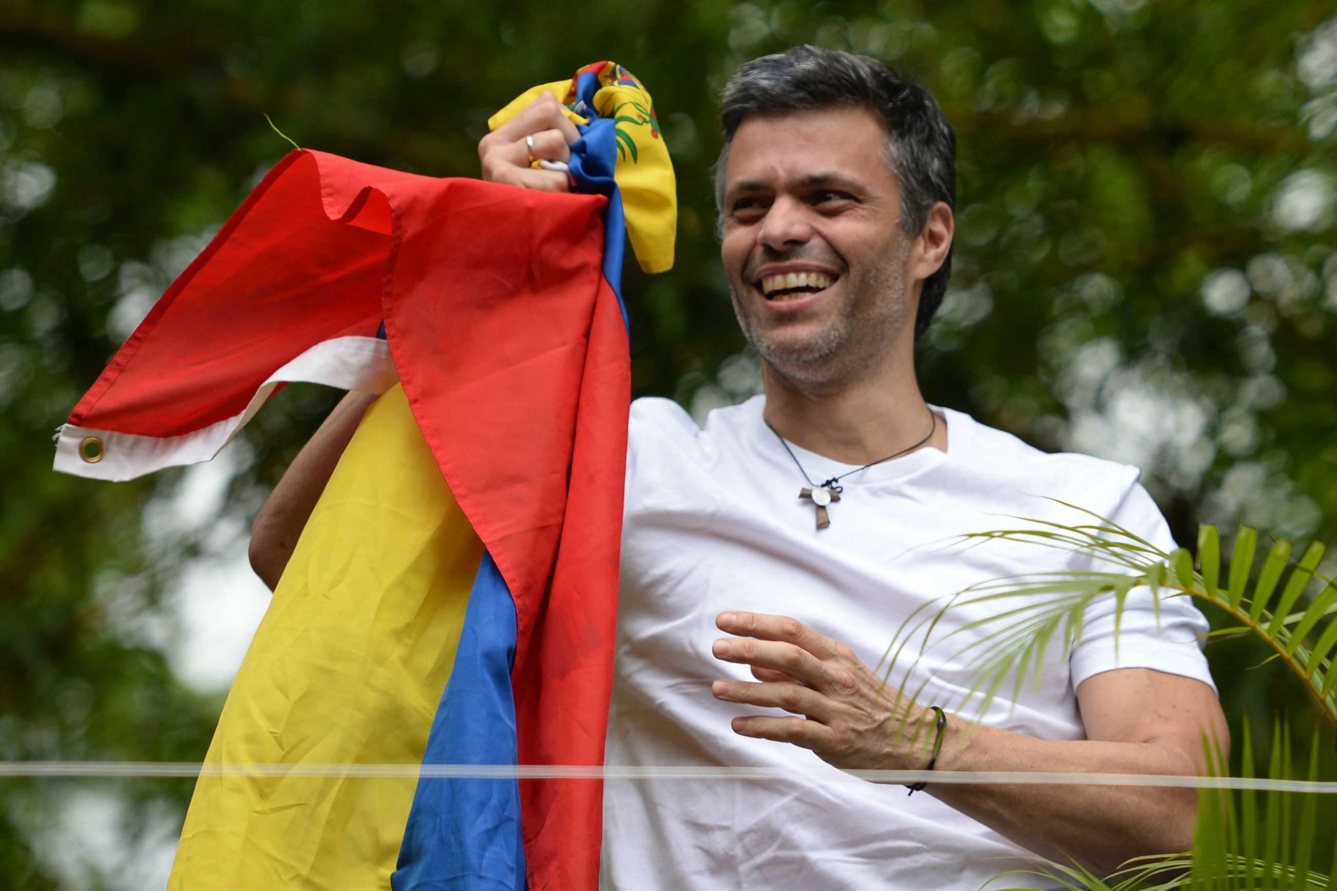 Leopoldo López aparece tras excarcelación y ondea bandera de Venezuela