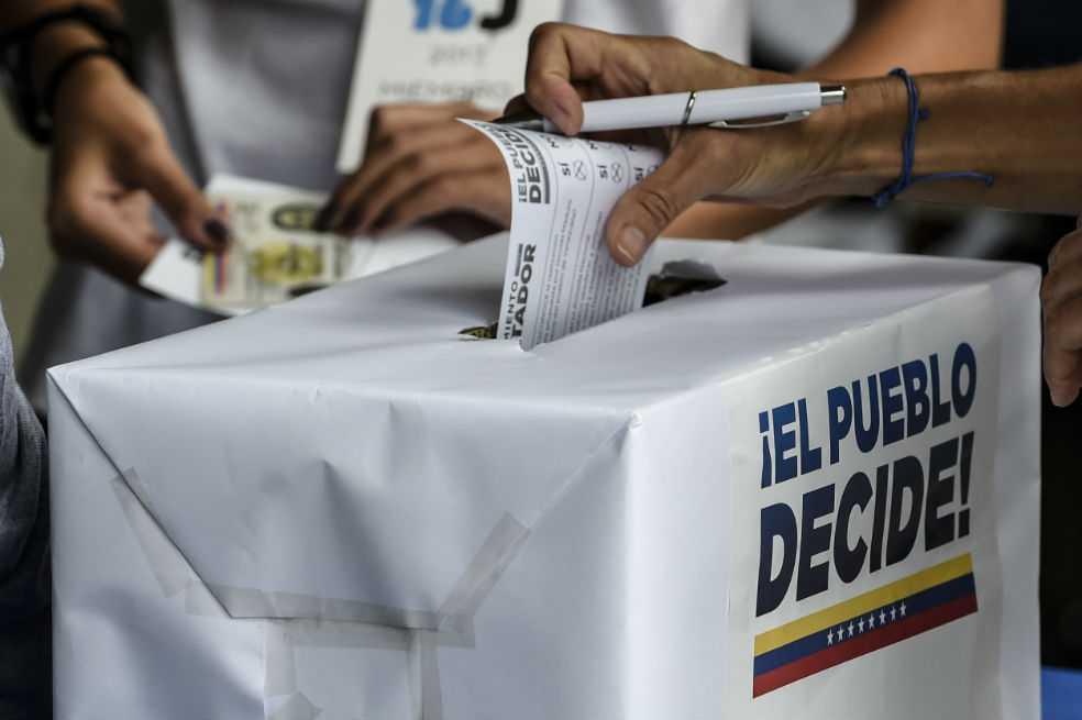 Opositores votan masivamente en plebiscito contra Maduro y su Constituyente