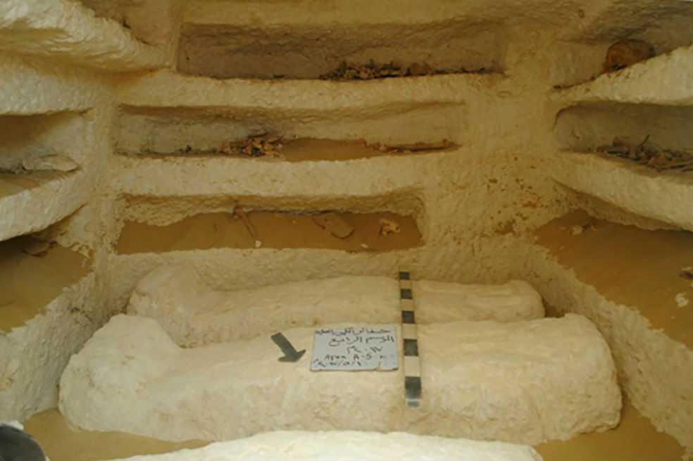 Arqueólogos descubren tres tumbas milenarias en el sur de Egipto